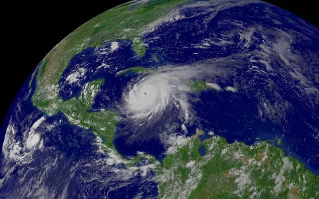 Na unikátním snímku jsou znázorněny dráhy všech tropických hurikánů v průběhu let 1985–2005. Na první pohled je znát nejvyšší aktivita v Pacifiku, na východě asijského kontinentu, v západním Atlantiku a na východě severoamerického kontinentu.