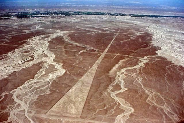 """Kultura Nazca, jejíž pozůstatky nacházíme v dnešním Peru, je známá především rozsáhlými obrazci vyškrábanými do sopečného tufu – geoglyfy. Britští archeologové nedávno přišli s teorií, proč tato kultura okolo roku 800 n. l. """"záhadně"""" zmizela. Sama sobě totiž vykopala hrob svým nehospodárným přístupem k životnímu prostředí."""