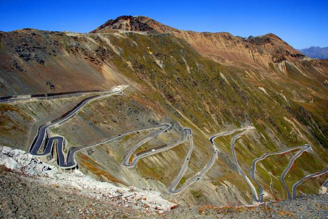 Pokud máte rádi adrenalin za volantem, vyzkoušejte si při cestě za dovolenou na jih některou z horských silnic v Alpách. Průjezd serpentinami a průsmyky v nadmořských výškách okolo 3000 metrů je pro každého řidiče nejen zkouškou vyspělosti, ale i nezapomenutelným zážitkem.
