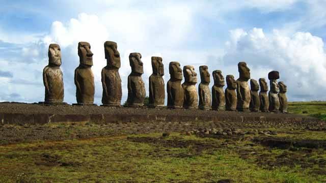 Velikonoční ostrov je místem na záhady skutečně bohatým. Kdy se vlastně na ostrově objevili první lidé? K čemu sloužily zvláštní sochy moai? Jak je lidé vlastně dokázali postavit? Kdo zanechal tajemné písmo rongo-rongo? Další záhada je sice méně efektní, avšak možná ještě zásadnější. Vědci se ptají: Proč z Rapa Nui zmizely všechny stromy?