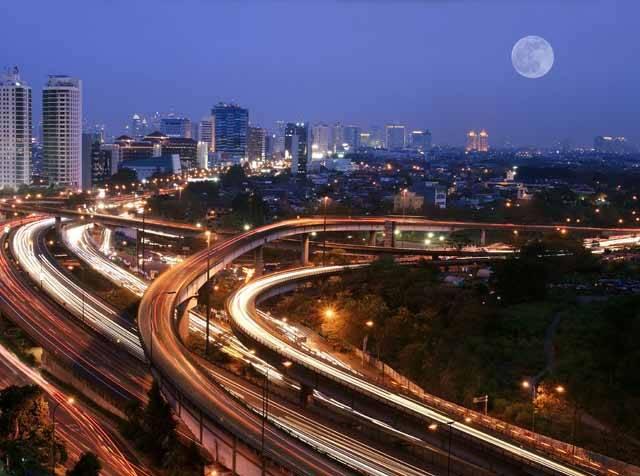 Hlavní město Indonésie Jakarta, ve kterém žije 9 milionů obyvatel (s aglomerací dokonce 18 milionů), trpí stejně jako jiné podobné megalopole značnými dopravními problémy. Od roku 1992 zde platí v dopravní špičce pravidlo, že v žádném autě nesmějí být méně než tři lidé, přesto se situace zlepšuje jen velmi zvolna. Příliš nepomohla ani výstavba vnějšího okruhu, který zachycuje snímek.