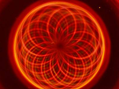 O magnetických monopolech se toho mezi fyziky napsalo tolik, že prakticky připomínají Červenou Karkulku: každý ji zná, ale nikdy ji nikdo neviděl. Poslední výpravy, které se vydaly na lov těchto záhadných částic naznačují, že jejich hledání může být zcela marné. Magnetické monopoly jsou zkrátka příliš velká přírodní raritka.