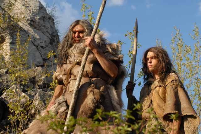 """V poslední době se objevily překvapivé zprávy o důležitém milníku ve výzkumu neandertálců. Vědcům se konečně podařilo """"přečíst"""" vzorky DNA, získané z chorvatské jeskyně Vindija. Nyní se zdá, že neandertálci se křížili s bělochy a Asiaty, předkové dnešních černochů však zůstali jejich geny nedotčeni."""