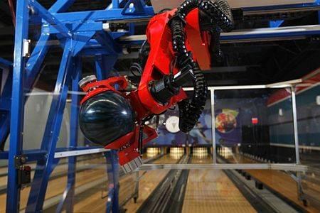 """Souboj člověka s robotem může dopadnou jakkoliv. Někdy robotům napomůže jejich síla, přesnost či kybernetický """"mozek"""", lidé zase dokáží roboty přelstít tím, že dokáží lépe odhadnout budoucí vývoj událostí. V bowlingu zatím dokáží i ty nejpreciznější roboty lidé porazit."""