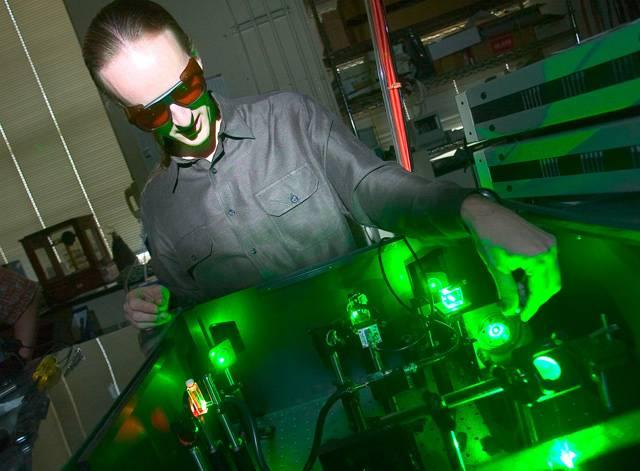 """Slunce nás trpělivě bombarduje kvanty energie a my se pomalu učíme ji využívat. Poslední objevy dávají naději, že bychom mohli využívat dnes nepředstavitelných 60 % sluneční energie v solárních panelech. Ty dnešní mají praktickou účinnost méně než 20 %.  Zařídit by to mohly nanokrystaly, nazývané také """"kvantové tečky""""."""