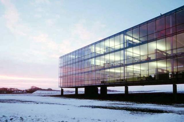 Bývaly doby, kdy měla průmyslová architektura v našich krajích své kouzlo. Fabriky v Ostravě nebo – bohužel mizející – v Praze jsou toho důkazem. Dnes se setkáváme s nevzhlednými montovnami (??), připomínající přerostlé krabice, které krajinu jen hyzdí. Ovšemže i současná průmyslová architektura může vypadat zajímavě, o tom se lze přesvědčit na následujících stránkách.