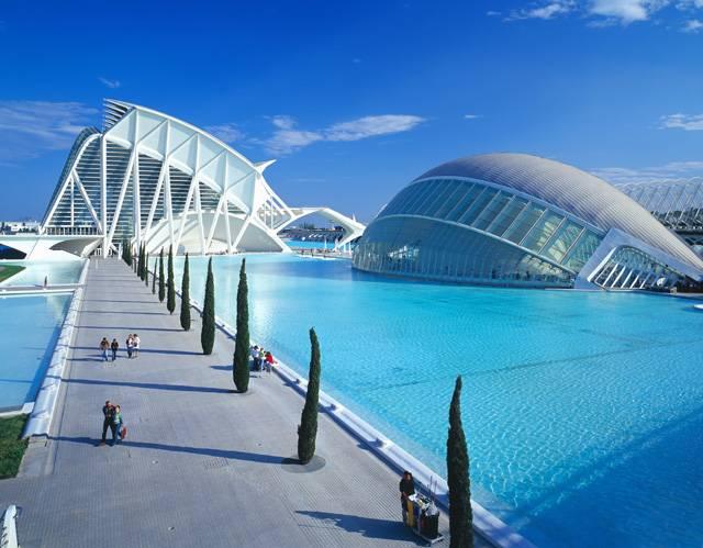 Ve španělské Valencii vzniklo jedinečné Město umění a věd, reprezentativní národní muzeum. Podel návrhů architektů Santiaga Calatravy a  Félixe Candely byl vytvořen komplex inspirovaný dokonalostí a krásou přírody, který uchvacujícím způsobem harmonizuje formu s obsahem čtyř hlavních témat poznání - kosmu, biosféry, lidské bytosti a kultury.