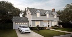Tesla neprodává jen špičkové elektromobily. Nyní instaluje i první solární střechy