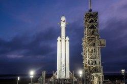 Raketa Falcon Heavy od SpaceX poletí do vesmíru s kuriózní nákladem již tento měsíc