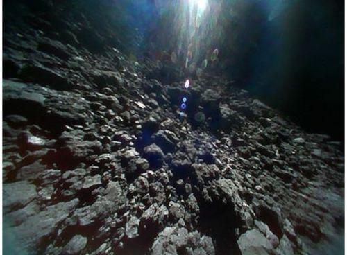 Úspěšné odebrání vzorků z planetky Ryugu
