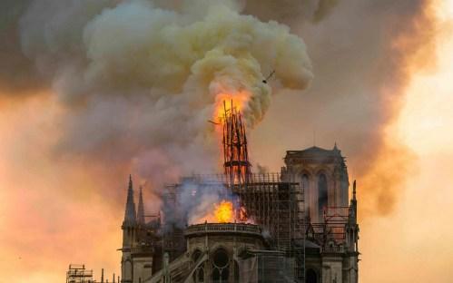 Požárem zničená Notre-Dame ještě nemá vyhráno