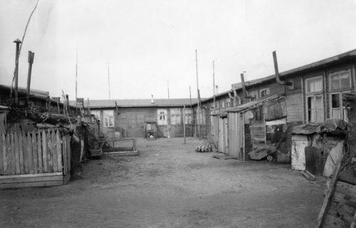 Flüchtlingsbaracken bei Eckernförde In solchen Elendsbaracken fanden die Heimatvertriebenen nach dem Zusammenbruch zunächst Zuflucht