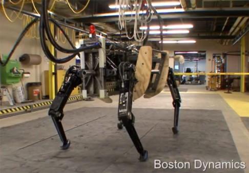 Robotický pes ponese vojákům náklad