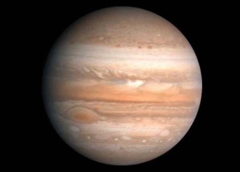 Za barvu skvrny Jupitera možná může Slunce