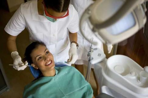 Budeme opravovat zuby lakem?