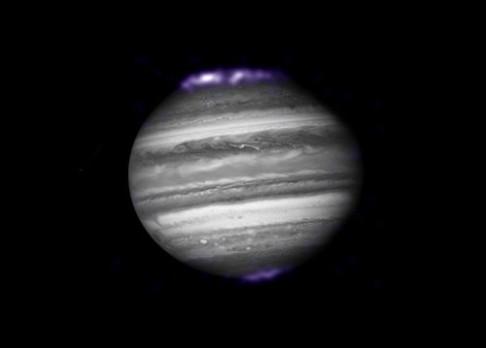 Io a polární záře na Jupiteru