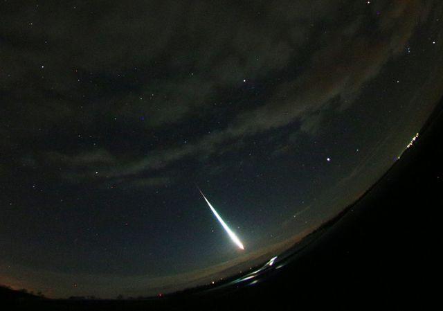 Více než pùltunový meteorit 6. bøezna ozáøil noèní oblohu nad jihozápadem Èech. Dopadl v Nìmecku, jeho dráhu pøesnì vypoèítali èeští astronomové. Na fotografii je výøez z celooblohového snímku bolidu poøízeného automatickou digitální bolidovou kamerou èeské bolidové sítì na stanici Èeského hydrometeorologického ústavu v Kocelovicích.