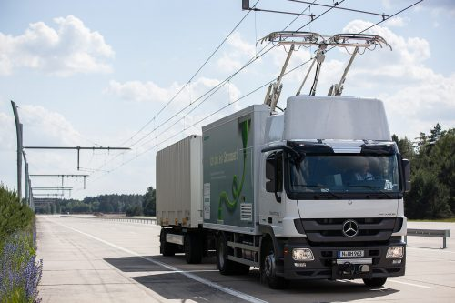 Durch die Möglichkeit des Lkw nahtlos vom Dieselbetrieb in der elektrischen Betrieb zu wechseln, sind alltägliche Fahrsituationen wie Einfädeln oder Überholen ebenso umzusetzen wie mit konventionellen Lkws. Auch Ausweichen, Schlingern und Vollbremsung funktionieren problemlos. Thanks to their ability to switch seamlessly from diesel to electric operation, eHighway trucks can perform everyday maneuvers, such as overtaking or changing lanes, just like conventional ones. Also swerving, nosing and full braking are all possible without difficulty.