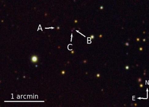 Rarita na obloze: systém tří kvasarů