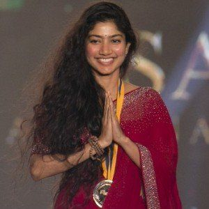 Sai Pallavi with the Gold Medal at the Behindwoods Gold Medal in 2017
