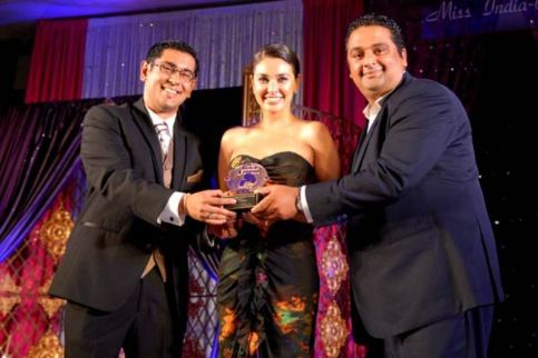 Lisa Ray wins the Miss India-Canada Special Achievement Award