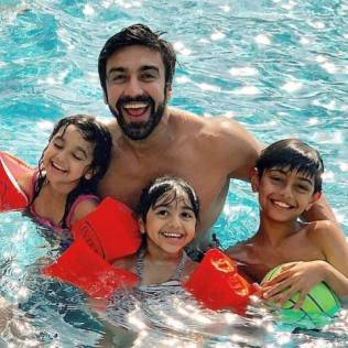 Ashish Chowdhry swimming with his kids
