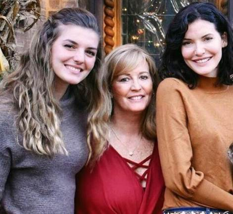 Chelsea Edmundson with her mother and sister