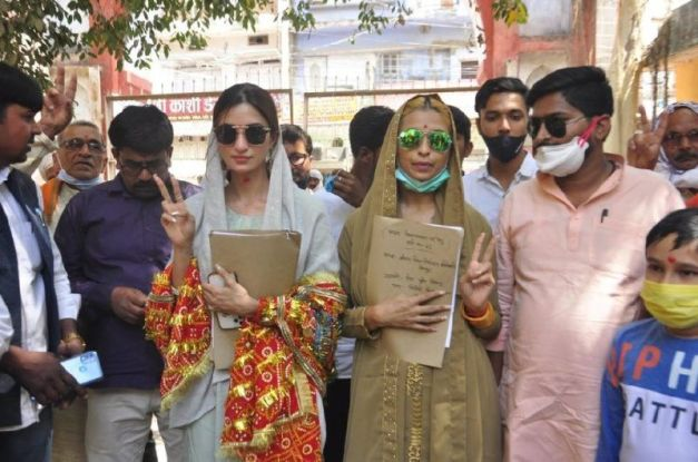 Diksha Singh after filling the nomination for the UP Panchayat Election 2021