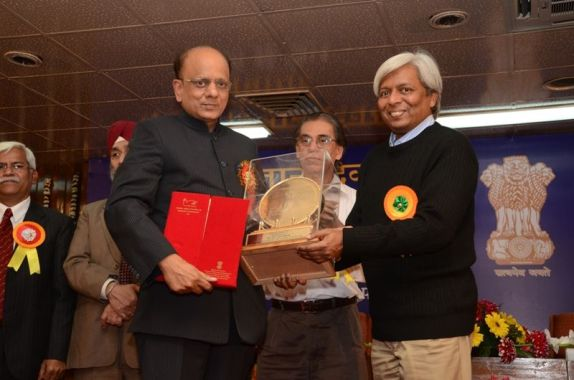 Dr. K. K. Aggarwal receiving the DST Award