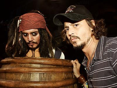 kellycopterr:  lovedye:  fuckyeahollywood: Captain Jack Sparrow meets Johnny Depp :o Me thinks it's time for a POTC marathon.    Johnny Depp looks pretty good here. I know, he ALWAYS looks good. But here especially…