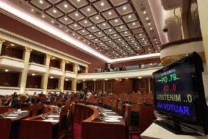 Gjate-seances-plenare-ne-Kuvendin-e-Shqiperise-15-525x350