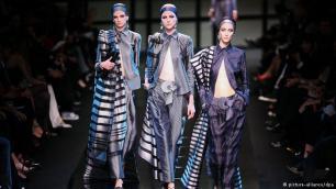 Lojë me klishetë Në 1975 Armani krijoi koleksionin e tij të parë për gra duke ndjekur në të stilin e tij të modës për burrat. Këto krijime i përshtateshin në mënyrë perfekte frymës së kohës, sepse ato e prishën siluetën tipike të modës së burrave dhe grave. Kostumet e burrave nuk kishin astar dhe as vata. Ndërsa prerjet disi mashkullore të veshjeve për modën e gruas simbolizonin forcë.