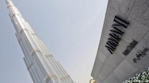 """Përtej horizonteve Armani ofertën e tij qysh në vitet 1980 e zgjeroi edhe me parfume. Ndërkohë perandoria e tij përfshin madje edhe disa hotele – si ky në fotografi në ndërtesën më të lartë në botë, Burj Khalifa në Dubai. Edhe kafe, çokollata, reçel si dhe një veturë e ideuar për Mercedes Benz kanë dalë prej shtëpisë së tij. """"Emporio Armani"""" – siç quhet marka – është status."""