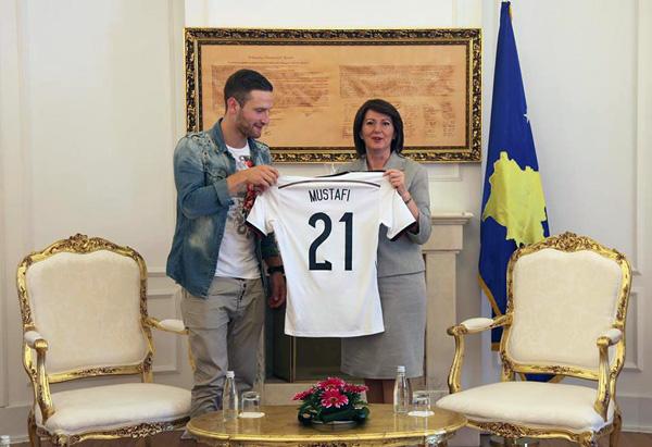 Presidentja e Kosoves Atifete Jahjaga priti në një takim futbollistin shqiptar nga Maqedonia, Shkodran Mustafi