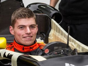 Max-Verstappen-seat-fitting1-466x350