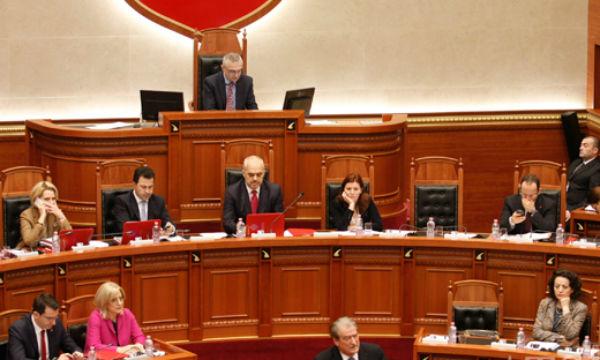 Gjate-seances-plenare-ne-Kuvendin-e-Shqiperise-Foto-Flor-Abazi-1
