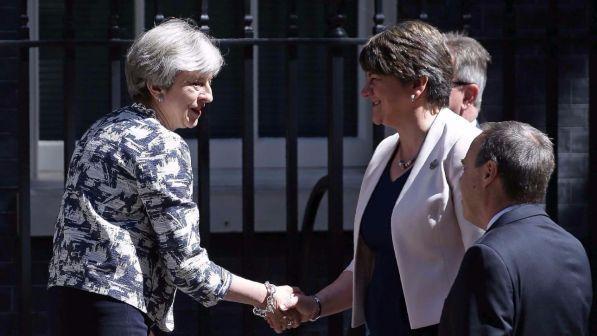 May arrin marrëveshjen për qeverisje me partinë e Irlandës së Veriut