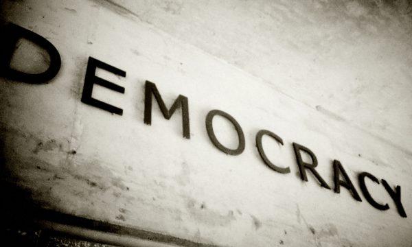 Kriza e moshës së mesme e demokracisë