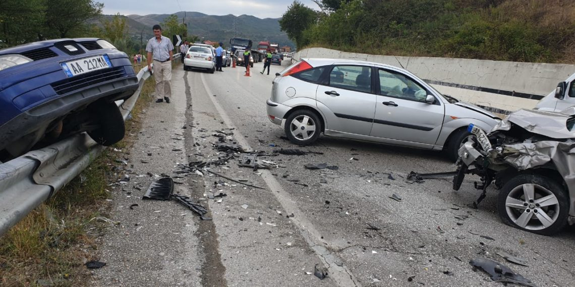 Makina del nga rruga dhe përplaset me murin  vdes 34 vjeçari në Gjirokastër