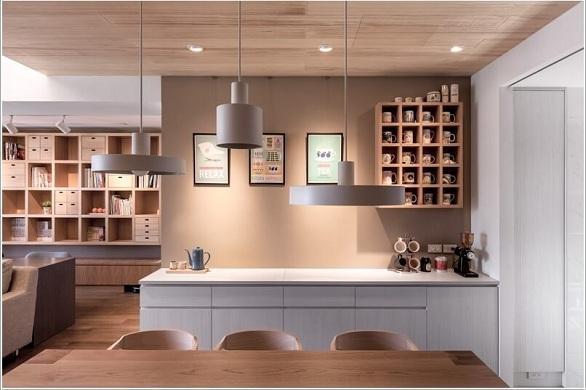 aae997924 يتم تثبيت لوحة من الفلين أو الخشب على جانب الخزانة في المطبخ لتعليق الأكواب  بطريقة فنية مع بعض العبارات والرسومات المميزة.