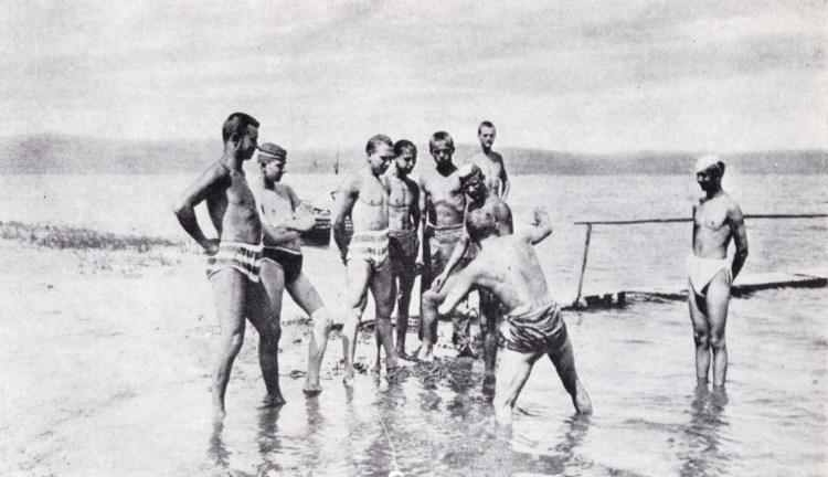 Fiatal sportolók 1895-ben a Balatonban gyakorolják a magyar tempót