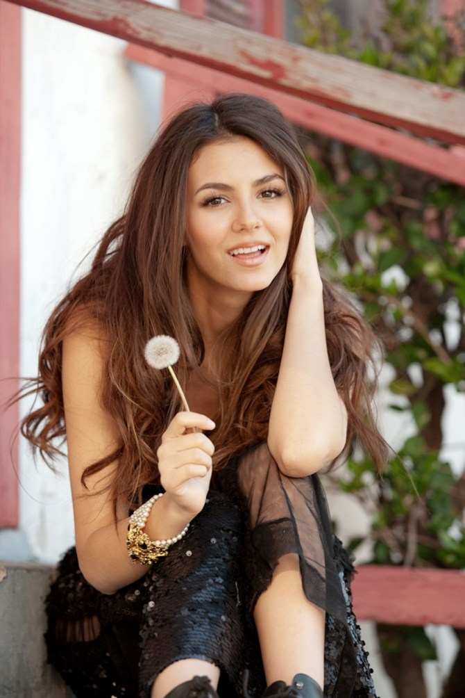 Is Valentina Nappi a Victoria Justice lookalike?