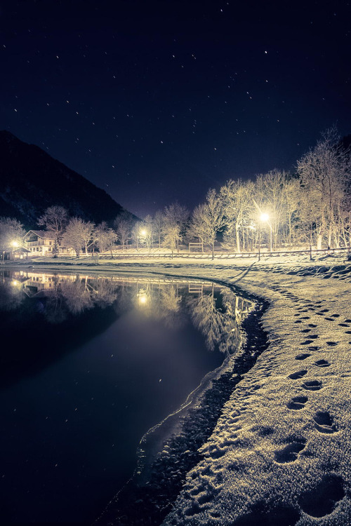 wnderlst:  I like this picture.Dark.Eerie.Quiet.All you can seeAre footsteps in the snow