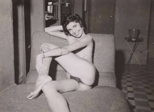 Gorgeous retro nude. I don't know which I like better—that saucy smile or that round ass and bush.