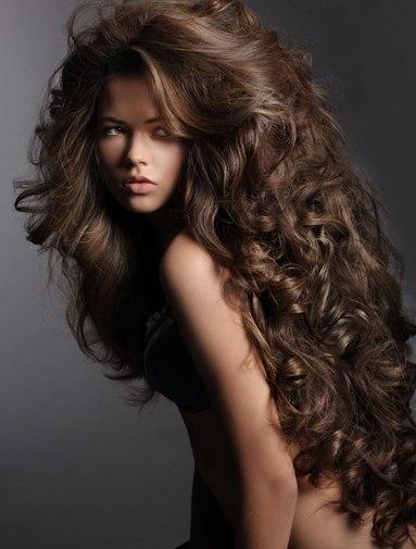 cabelo encaracolado volumoso