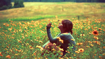 çiçek tarlasında kız