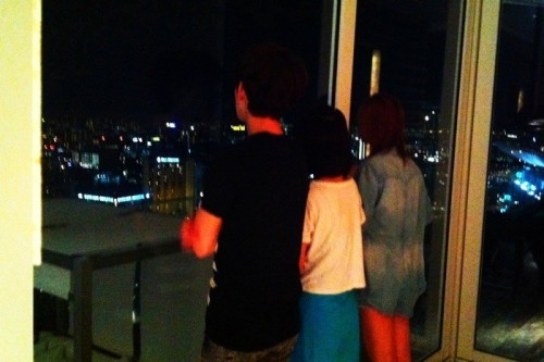 101204 Jia's Twitter  싱카폴 야경 너무예뻐서 ~~밖에 가고싶은 세명~~~ㅋㅋㅋㅋㅋㅋㅋ 뒤모습 너무 귀여우면서 불쌍해!!!ㅋㅋ ㅋㅋㅋ Singapore's night skyline is so pretty ~~so the three people want to go outside~~~kekekekekekeke Their backs look so cute but unfortunate!!!keke kekeke  i can't really tag this picture because i can't tell who's in it..haha