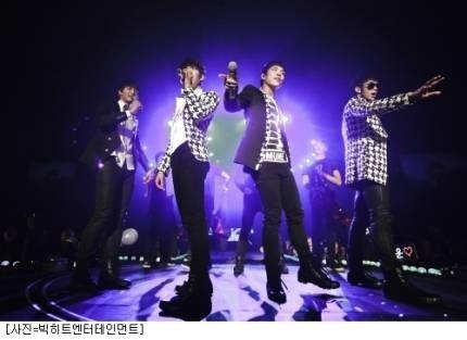 101226 Kwon's Twitter  2010년 2AM첫단독 콘서트 서울3일 .!정말 최고였죠 오늘! 남은 7번의 공연도 신나게 달려봅시다!^^ 2010 2AM's first solo concert 3 days in Seoul .!Really the best today! Let's run with joy for the other 7 performances that are left!^