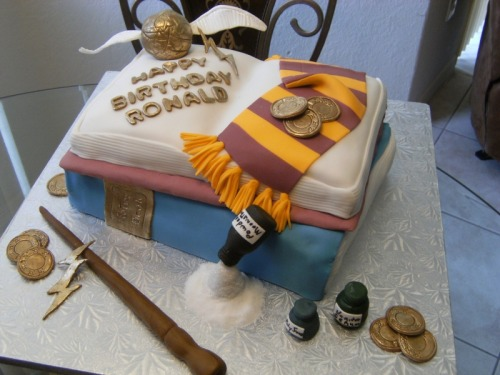 labcreature:  Insanely cool Harry Pottercake (by soledad on CakeCentral.com) #harrypotter #cake