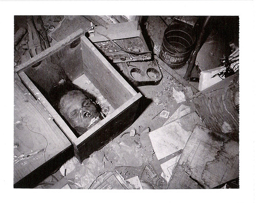 máscara  feita de pele humana das vítimas, encontrado na casa de Ed Gein